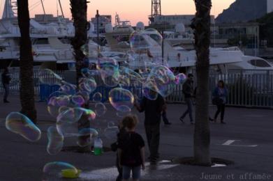 Enfant jouant avec des bulles, port de Barcelone