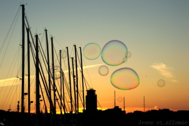 Bulles et coucher de soleil sur le port