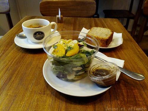 Salade, café et banana bread chez Cuillier à Montmartre