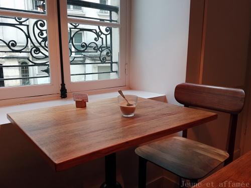 Tables en bois et déco sobre chez Cuillier