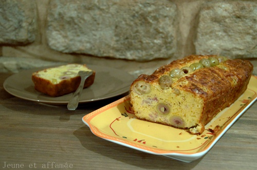 Découpe du cake olive jambon sans gluten
