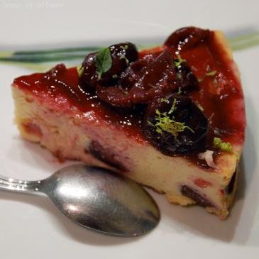 Gâteau au fromage blanc, cerise, basilic et citron vert