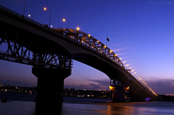 Auckland, l'Harbour bridge à la tombée de la nuit