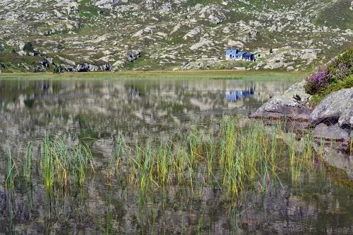 Le refuge de Bassiès se reflétant dans un étang