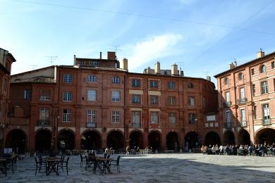Briques et arcades pour la place principale de Montauban