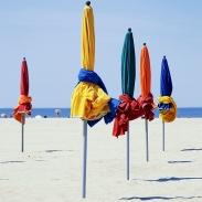Plage de Deauville et ses parasols multicolores