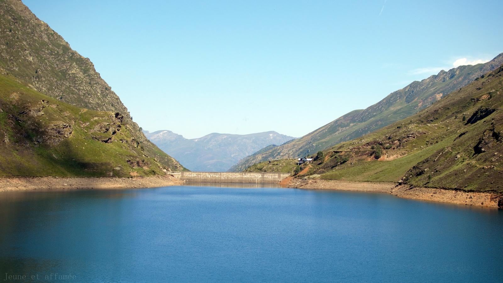 Vue sur l'étang d'Izourt et son barrage