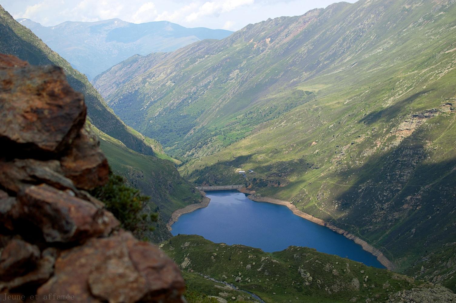 L'étang d'Izourt vu d'en haut, depuis le chemin menant au Fourcat