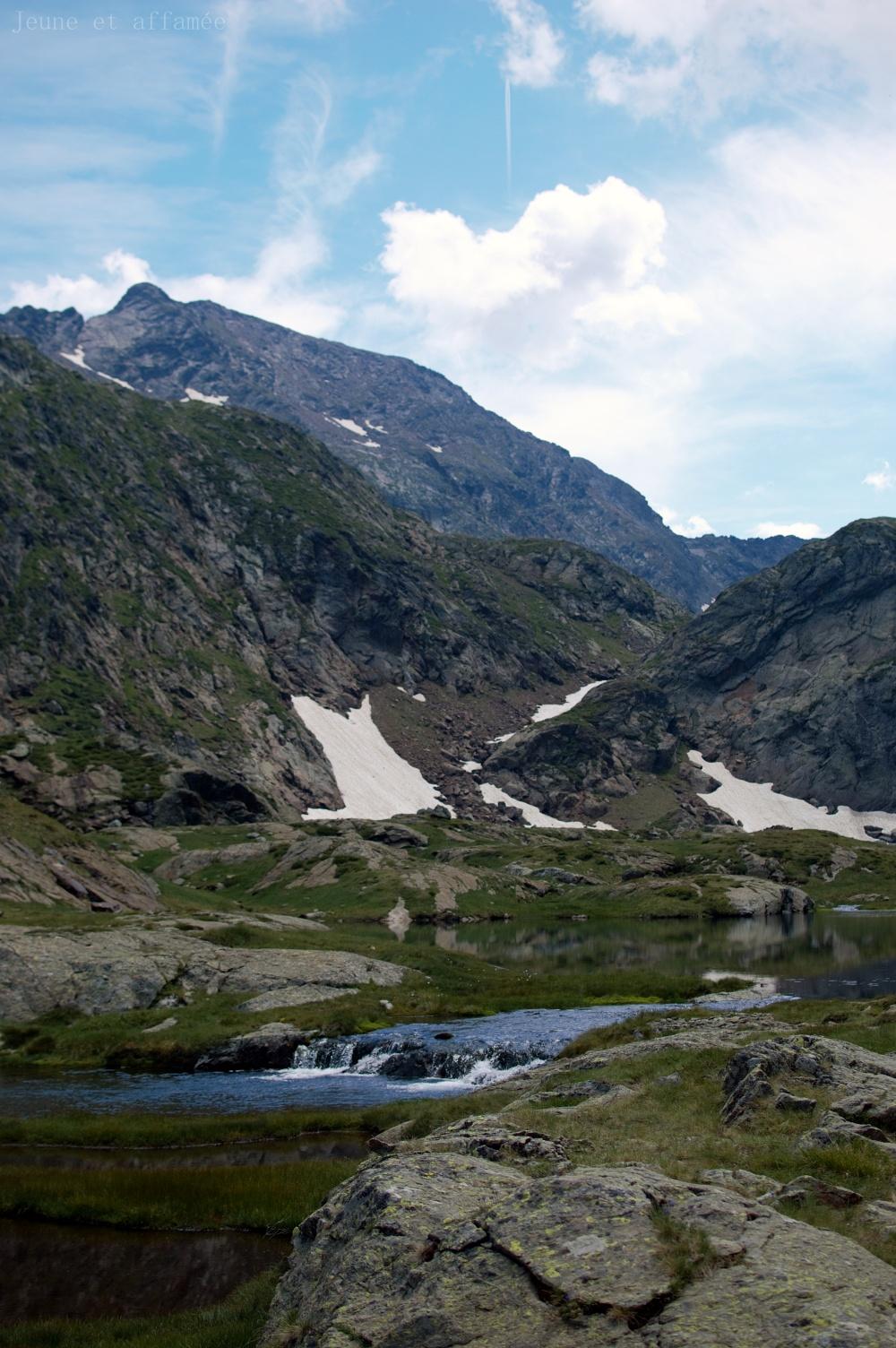 Arrivée sur les étangs Fourcat, eau et montagne