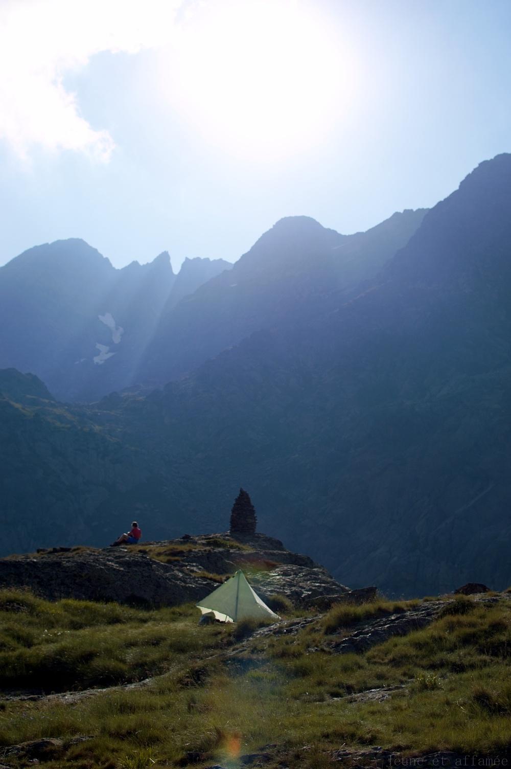 Tente au soleil couchant devant la montagne (Fourcat)