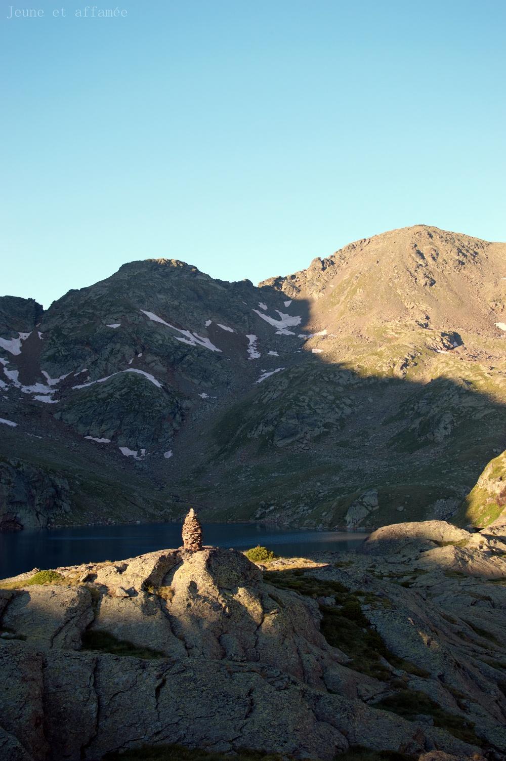 Cairn éclairé par le soleil en fin de journée, étang Fourcat