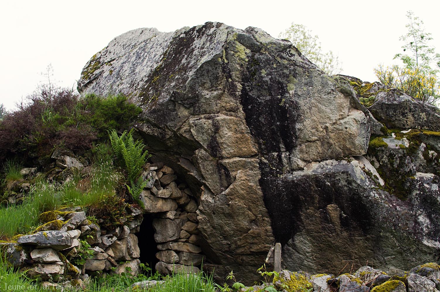Cabane en pierre sèche, sous un énorme rocher