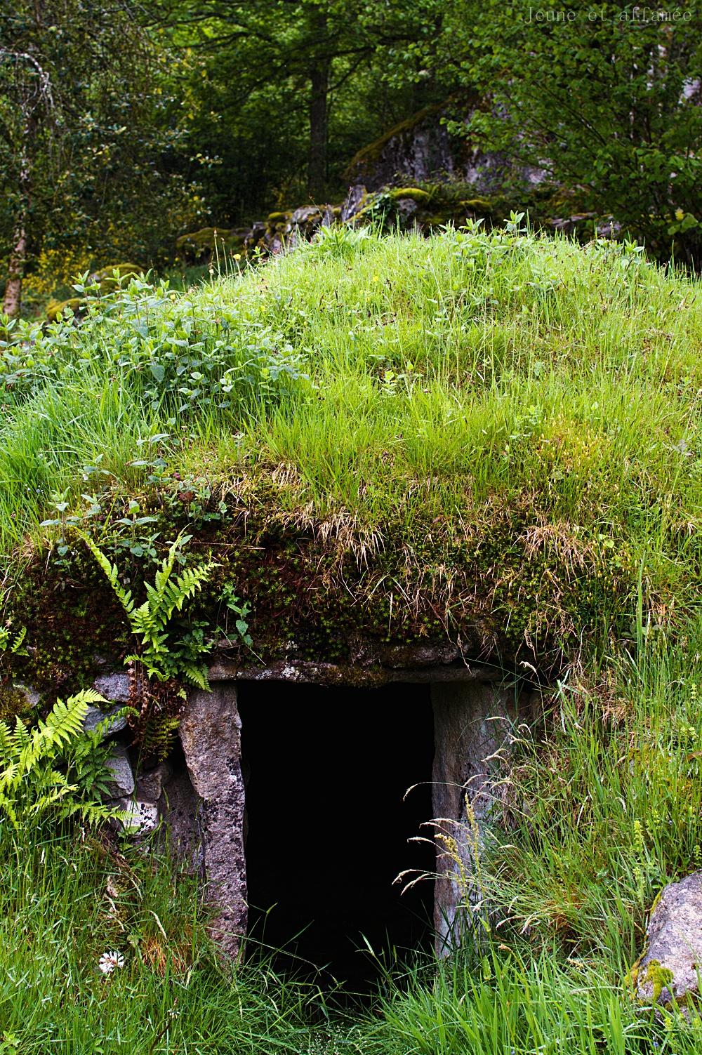 Entrée d'une cabane en pierre
