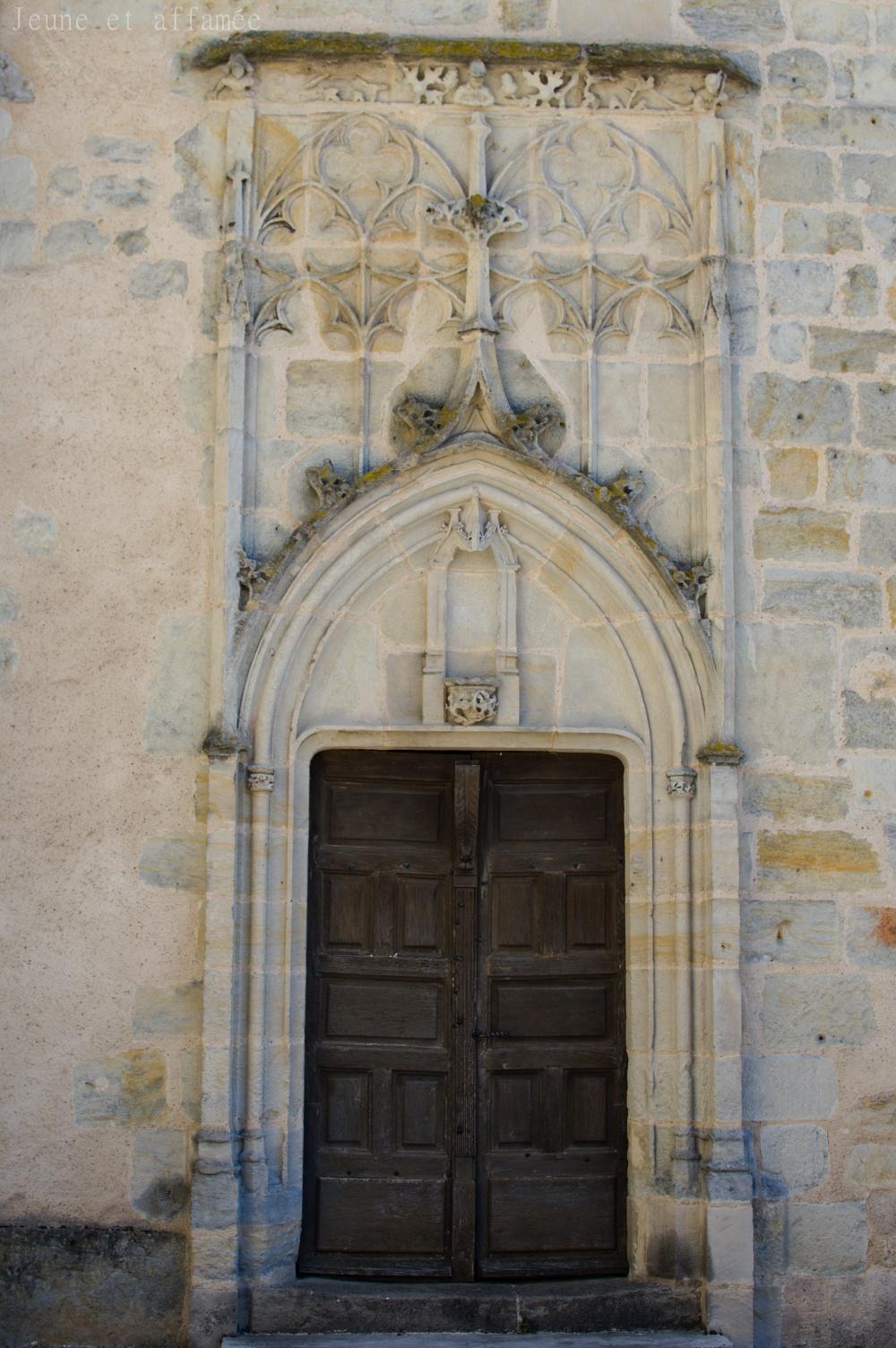 Une jolie porte sur le côté de l'église Notre-Dame à Vierzon