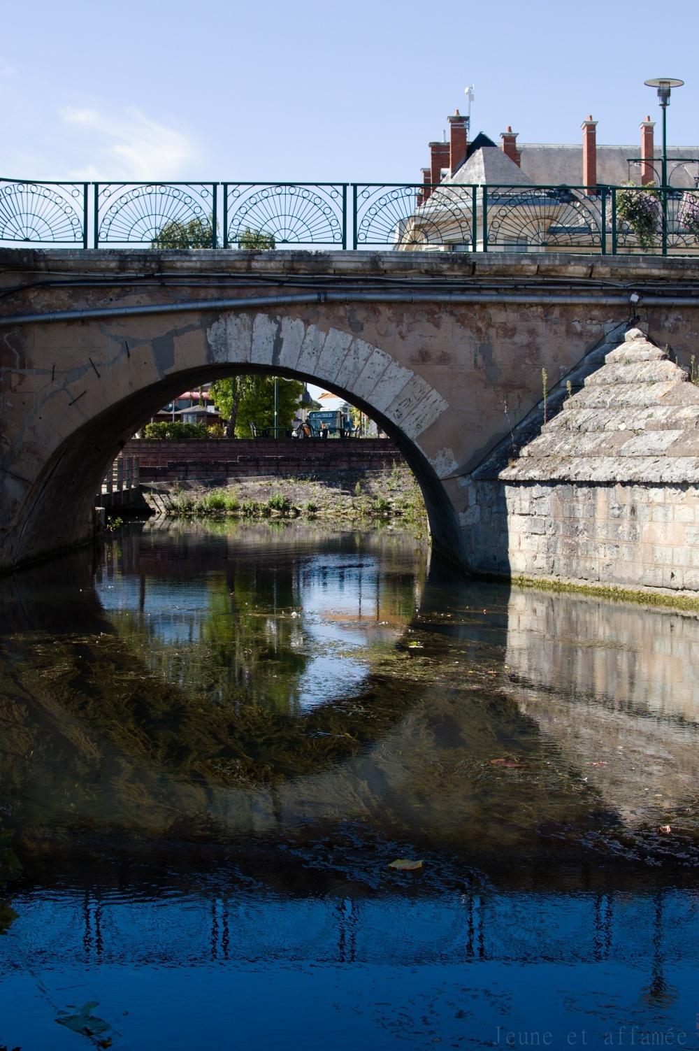 Reflet de l'arche d'un pont, Vierzon